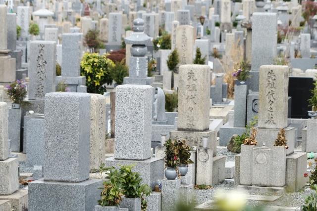 お墓の掃除はどうやるの?正しい手順や注意点を解説!